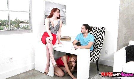 Прилежный студент занимается групповым сексом с подругой и cоседской милфой