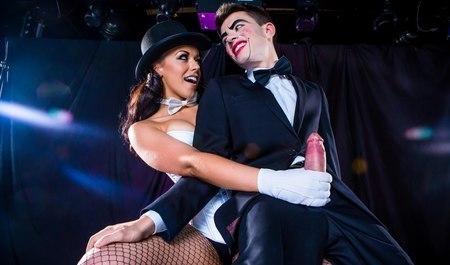 Театральная пара сношается на сцене в ходе ролевой игры