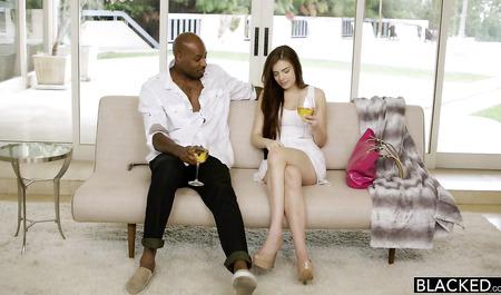 Вместо белого парня девушка  на свидании шарахается с черным любовником