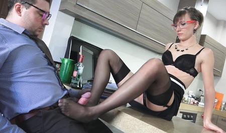 Шеф спаивает худенькую секретаршу и заставляет трахаться раком на столе