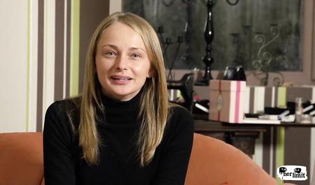 Девушка из России вовсю порется с агентом в жопу на эротической студии