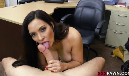 Латинская дама занимается сексом с продавцом в подсобке за скидку на товар