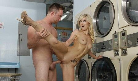 Молодой товарищ склеивает и жестко порет длинноногую блондинку в общественной прачечной