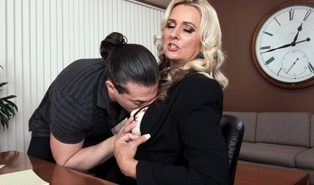 Сивую старушенцию  порет большим членом молодчик в офисе