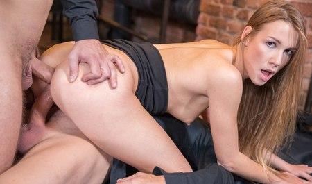 Симпатичная Алексис Кристал, уснувшая в баре, получает групповуху с двойным проникновением