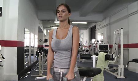 Спортивная телка занимается сексом на фитнесе в спортивном зале