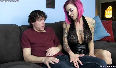 Грудастая милфа с красными волосами соблазняет парня на секс на домашнем кастинге