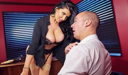 Парочка занимается сексом в рабочем кабинете в офисе