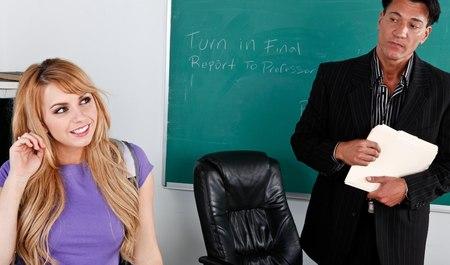 Студентка в гетрах делает минет и раздвигает рогатку на столе для секса с преподавателем