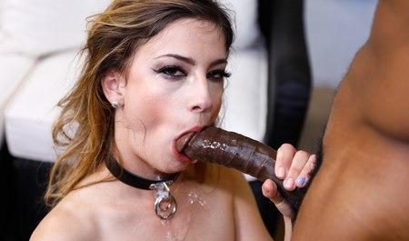 Негр жестко дрючит в рот красивую девушку в камшотом