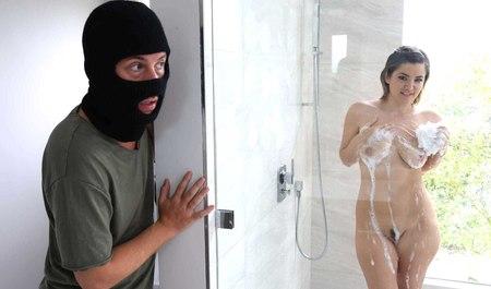 Соседский парень посреди бела дня заваливается на чужую квартиру и трахает ее владелицу практически при муже