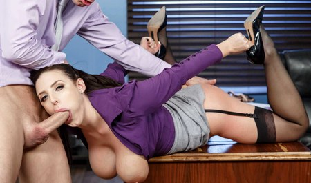 Молодой шеф дрючит грудастую секретаршу на столе в рабочее время