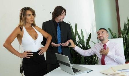 Шеф компании занимается сексом на столе с новой красивой секретаршей