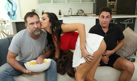 Друг семьи трахает симпатичную бабенку, пока рогатый муж смотрит телевизор