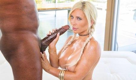 Блондинка с косичками ловит неслабый кайф от межрасового секса с негром из Анголы в Беверли-Хилз