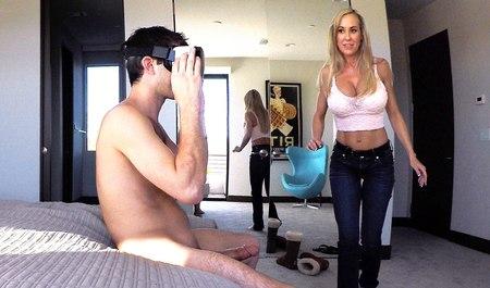 Подрочил в виртуальных очках и попутно трахнул живую милфу