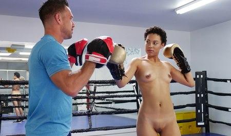 Качок учит любовницу мулатку боксу и сношает в спортивном зале
