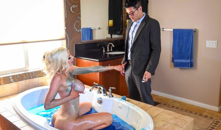 Новый ухажер трахает грудастую блондинку в ванной со свистом