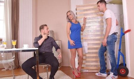 Красивая любовница получает групповуху с двойным проникновением от брутального мужика и его друга