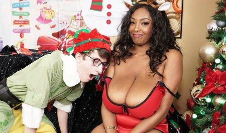 Пацан в костюме эльфа дарит межрасовый секс толстой мулатке в качестве новогоднего подарка