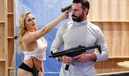 Бородатый молодчик шпилит чужую женку в зад, пока старый друг беседует с его друзьями