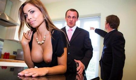 Друг трахает симпатичную жену приятеля, пока тот бухает в баре