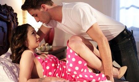 Молодая подруга едет с парнем на крутой тачке заниматься сексом у него дома
