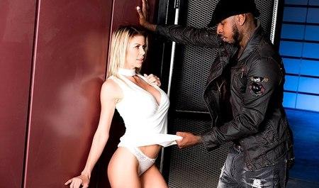Худая милфа с большой грудью дрючится с черным любовником в ближайшем мотеле