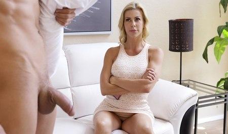 Грудастая милфа учить молодого парня со стоячим членом настоящему сексу