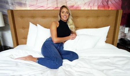 Красивая блондинка потрахалась и подзаработала на эротическом кастинге