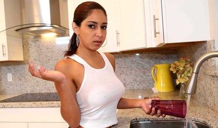 Молодой товарищ сношает в рот и раком смуглую арабку у нее дома