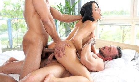 Пышная девулька сношается с парой любовников в две тяги после бассейна