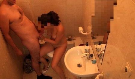 Лысенький мужик занимается сексом с молодой телкой в туалете