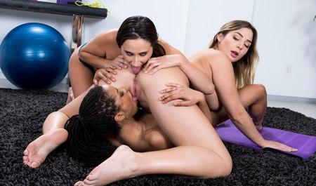 Межрасовый групповой секс лесбиянок после занятий фитнесом