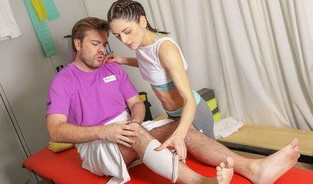 Симпатичная девушка оказывает тренеру по фитнесу первую медицинскую помощь, а также минет с трахом