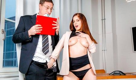 Студент из Мюнхена ублажает яызыком и большим членом письку девушки из колледжа на правах репетитора