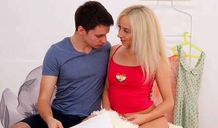 Парень навещает тинку-блондинку и жестко порет на радостях от встречи