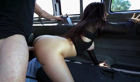 porno-paren-znakomitsya-s-devushkoy-na-mashine