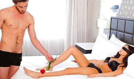 Небритый хлопец навещает подругу с цветком и дерет ее, пока не надоест