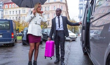 Чернокожий таксист из Хьюстона дрючит в попу красивую блондинку-клиентку
