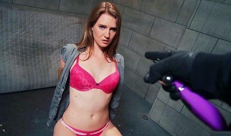 Пошла по трущобам и получила секс БДСМ в подвале