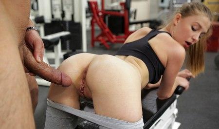 Худая блондинка вместо гимнастики занимается сексом в тренажерке