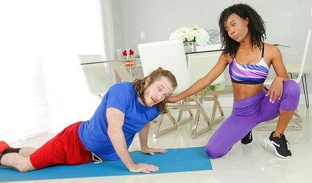 Кудрявый товарищ дрючит горячую мулатку во время занятий фитнесом
