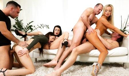 Молодая хозяйка устроила на хате классную оргию с гостями и двойным проникновением
