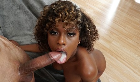 Крепыш подснял в баре кудрявую негритянку и занялся с ней межрасовым сексом