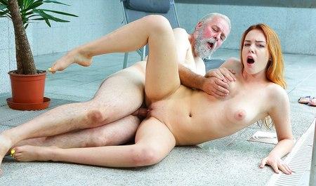 Рыжая русская телка из собеса дрючится с пожилым любовником после бассейна