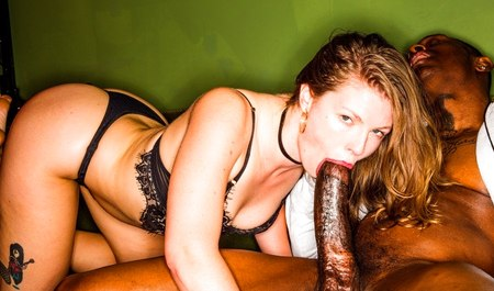 Очаровательная деваха в третий раз тестирует негра с большим членом на половую совместимость