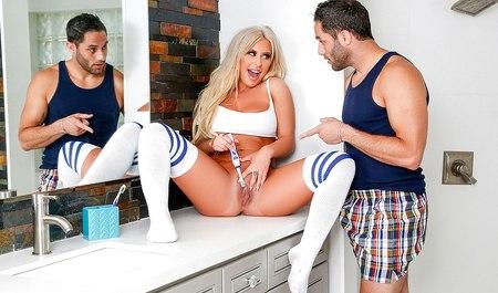 Грудастая блондинка по утру дрочит шмоньку вместо умывания