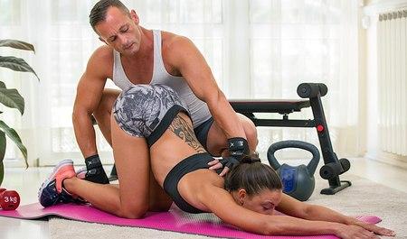 Тренер по фитнесу трахает няшку в рот и дрючит в разных позах на занятиях