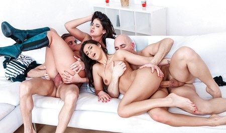 Пара брюнеток занимается лесбийским сексом и сношается с друзьями в оргии